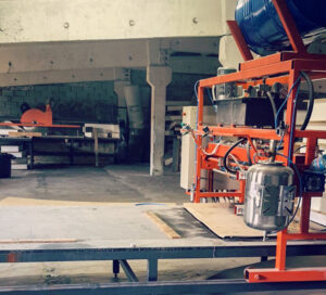 proizvodstvo-sip-dom-oborudovanie-skleivanie-sip-paneli-1